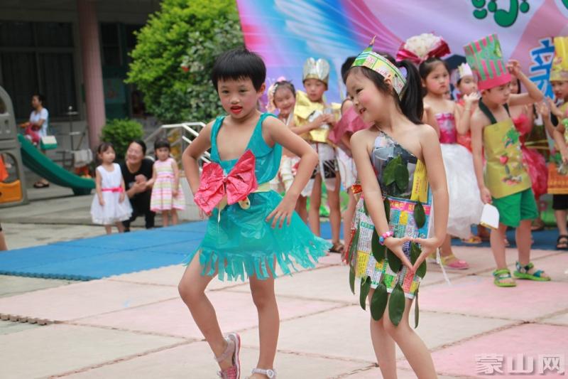 创意环保亲子时装秀,县幼儿园很会玩